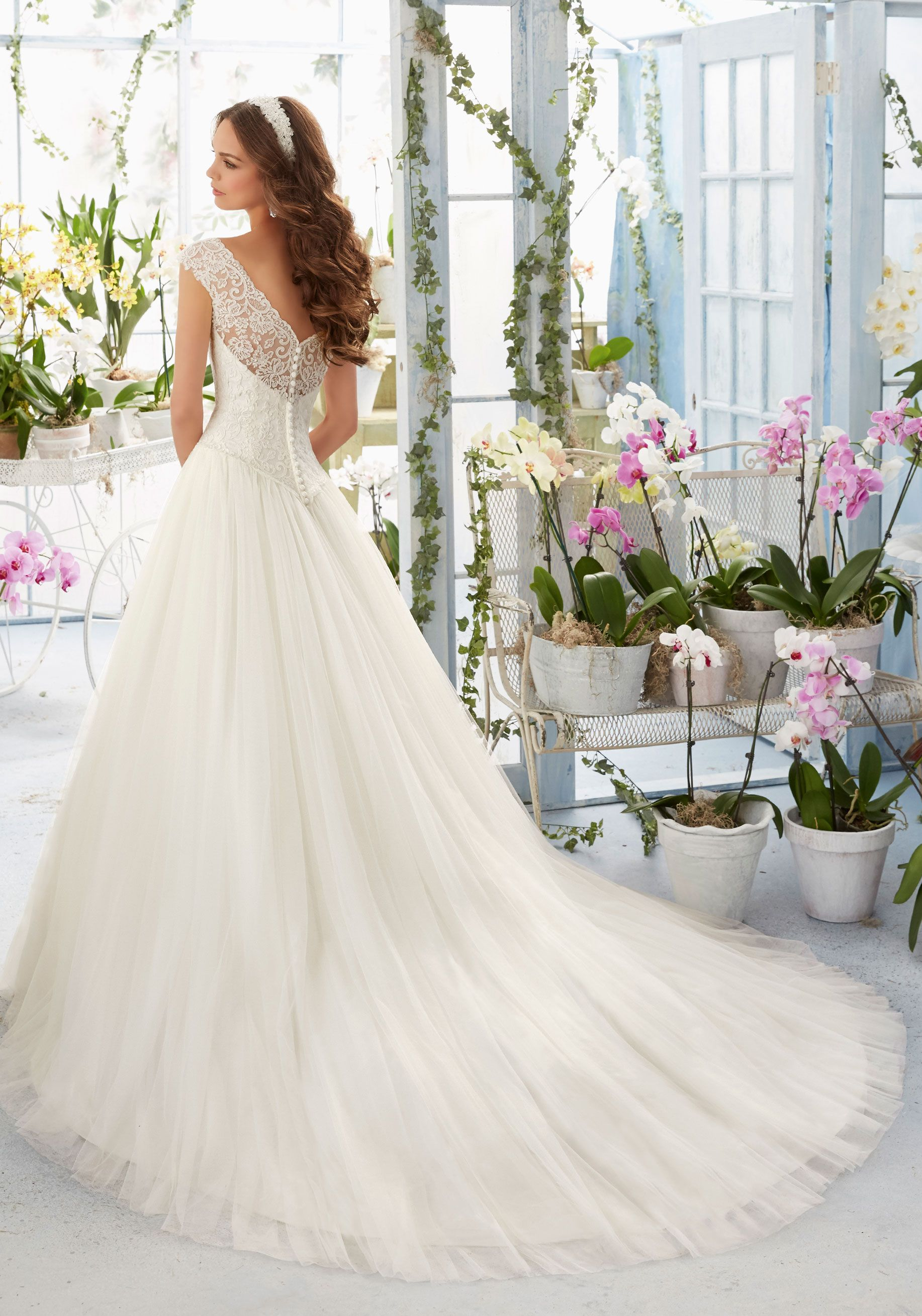 Gestickte Spitze überlagert das Bateau-Oberteil auf dem weichen Netz Morilee Bridal Wedding Dress   Morilee
