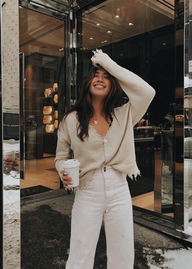 Photo of Pantaloni di lino bianco a vita alta e blusa color crema. Visita il Daily Dress Shop