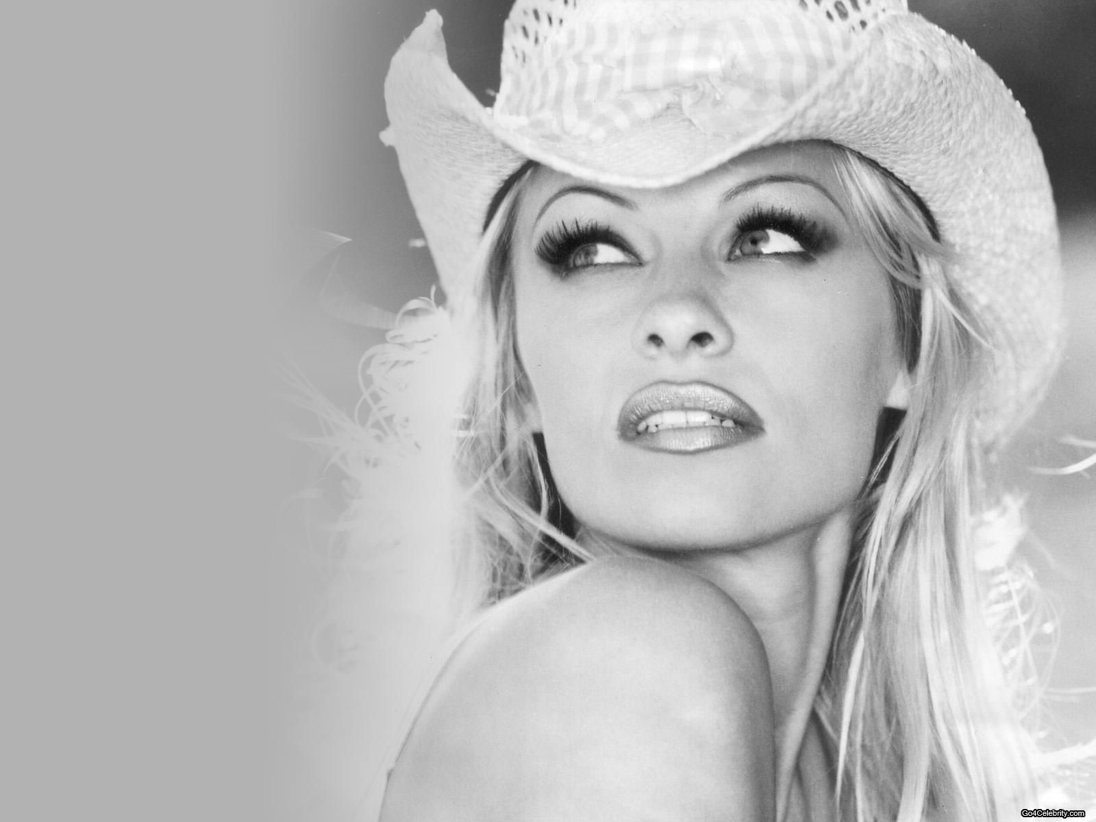 Pamela Anderson undressed in honor of recovering from hepatitis