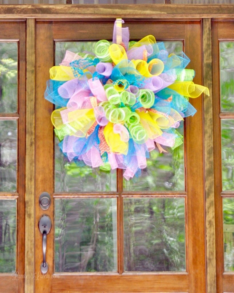 Photo of How to make a (super simple) DIY deco mesh wreath