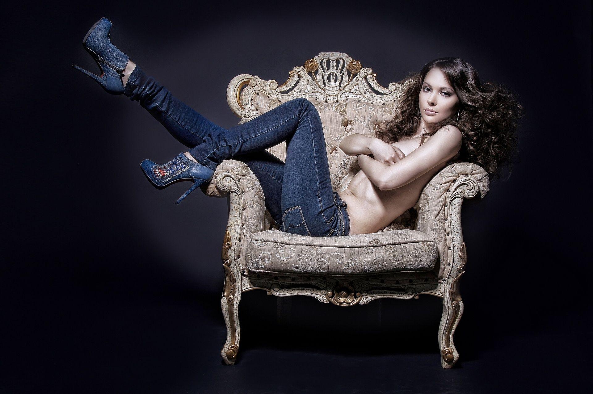 Девушку на кресле фото 580-754