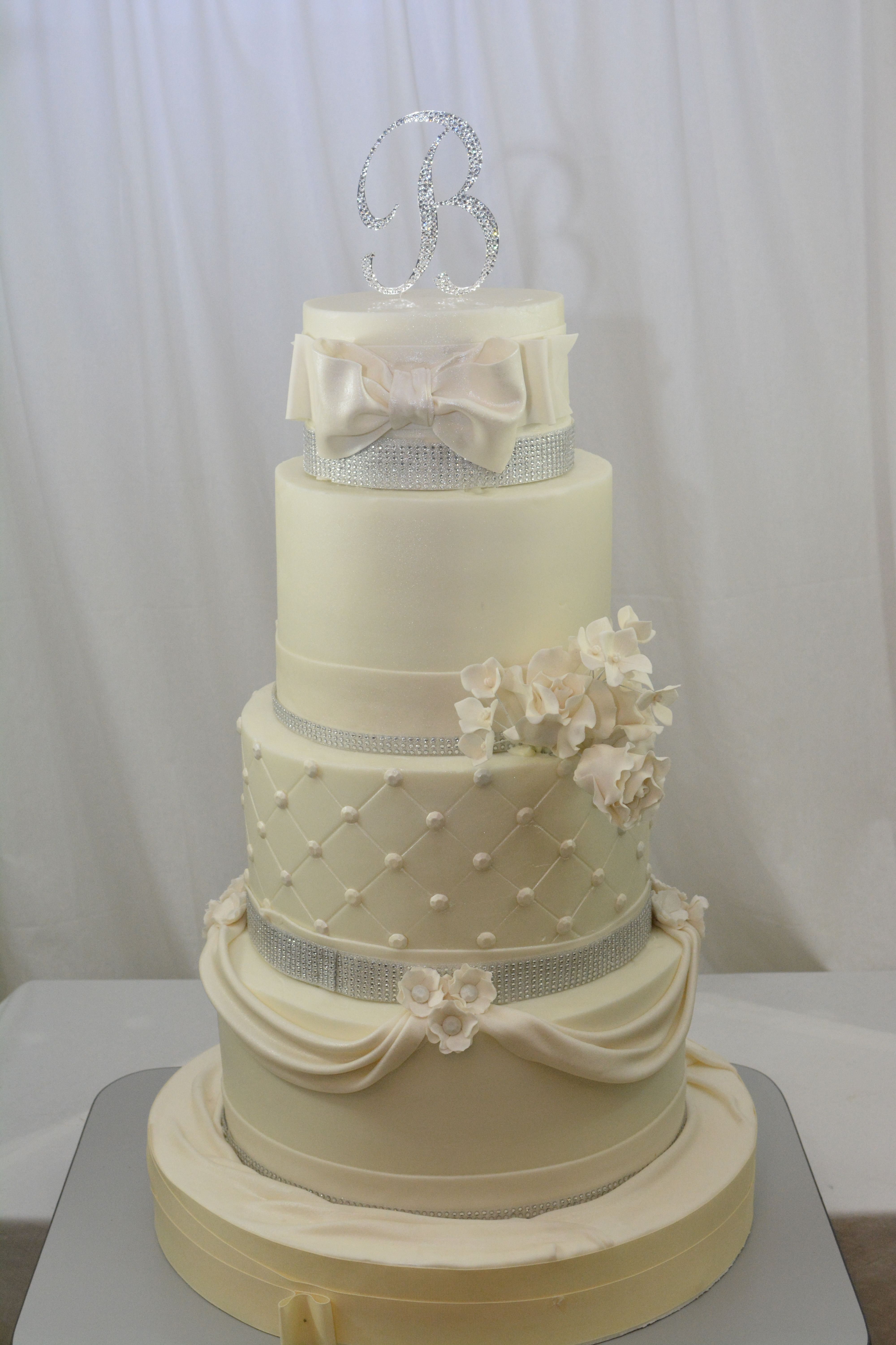 This Was A Very Large Cake Too Large To Move In To A Good Spot For Taking Pictures Fin Christmas Wedding Cakes Fondant Wedding Cakes Seminaked Wedding Cake
