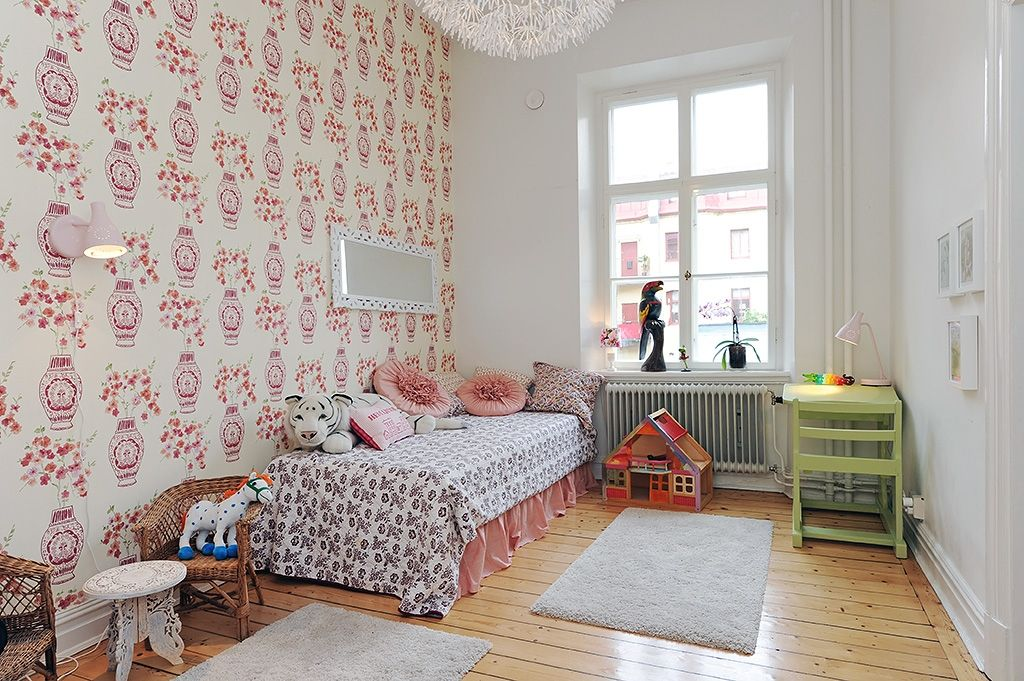 Kids room Floral wallpaper Alvhem Mäkleri & Interiör