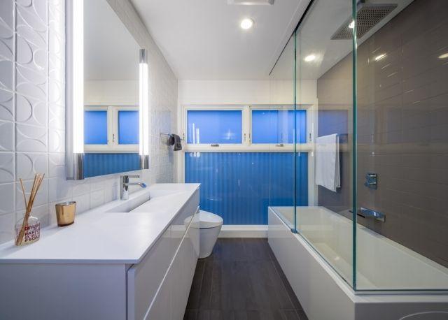 wanne dusche kombination glaswand weiße möbel spiegel beleuchtung ...