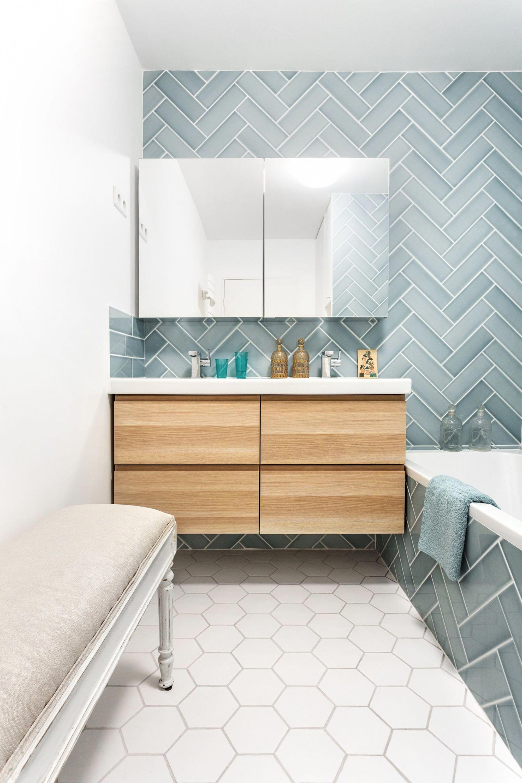 Claire Clerc A Installe Un Banc Dans La Salle De Bains Pour Enfants Afin De Permettre Aux Parents De Les R In 2020 Bathroom Design Small Bathroom Bathroom Design Small