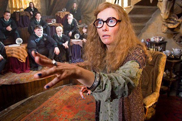 Professor Sybill Patricia Trelawney Emma Thompson Professor Of Divination Trelawney Was Said To Posses Harry Potter Film Emma Thompson Harry Potter Bucher