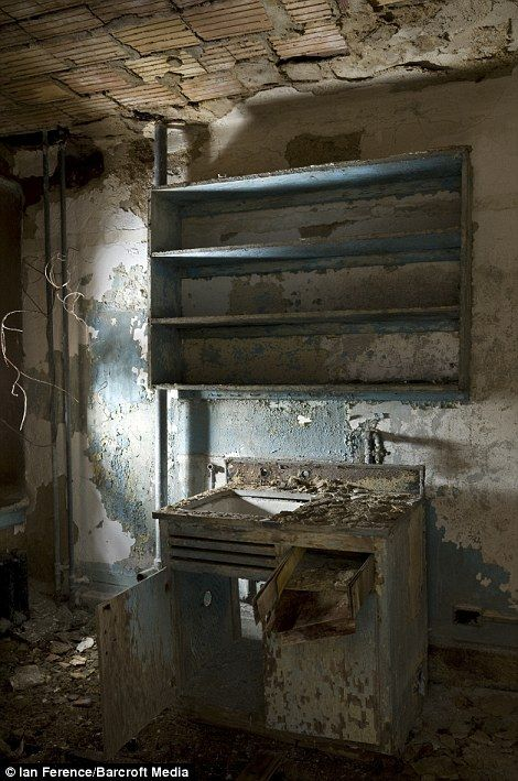 North Brother Island: Eerie pictures of abandoned New York leper colony | Mail Online
