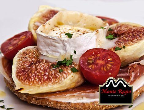 Pan con tomate cherry, jamón ibérico #MonteRegio, higos, queso y albahaca