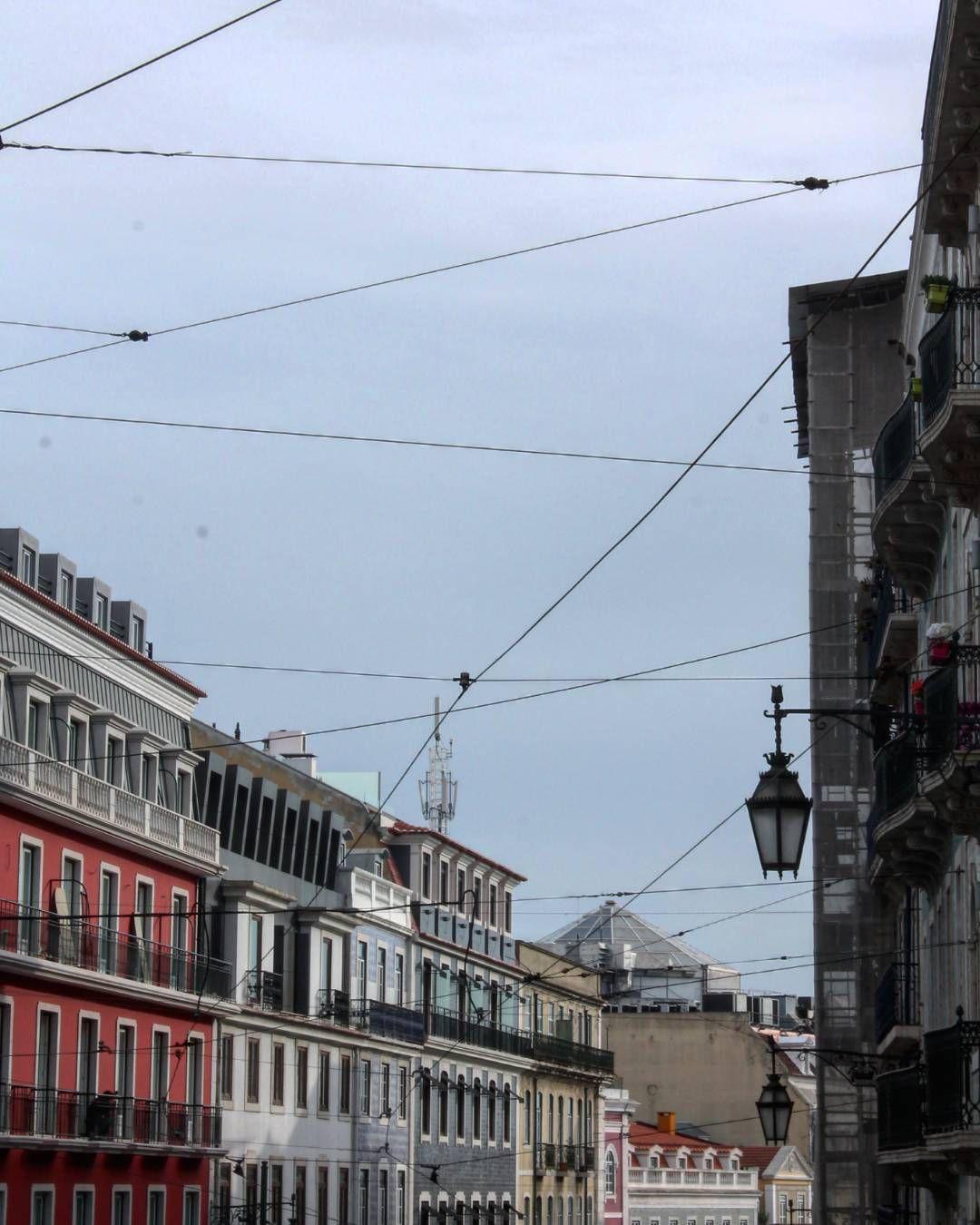 As suas casas de várias cores #portugalsemefeitos #streetview #takeoverinspiration #buildings #lisboa #city #morning #portugal #lisbon #sky #lines #igers #bella #amar_lisboa #p3top #capital #architecture #pt #design #outside #igersportugal #digital #blueday #landscape #lisbonne #hot_shotz by marta.rsilva