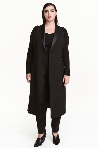 Robe gilet: Robe sans manches en tissu épais avec revers en satin. Modèle avec boutons-pression dissimulés devant. Poche de poitrine et poches à rabat devant. Doublée.