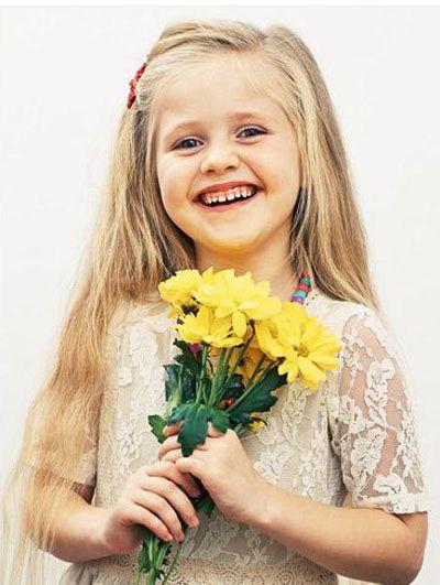 :)Deus é alegria. Uma criança é alegria. Deus e uma criança têm isso em comum: ambos sabem que o universo é uma caixa de brinquedos. Deus vê o mundo com os olhos de uma criança. Está sempre à procura de companheiros para brincar. Rubem Alves