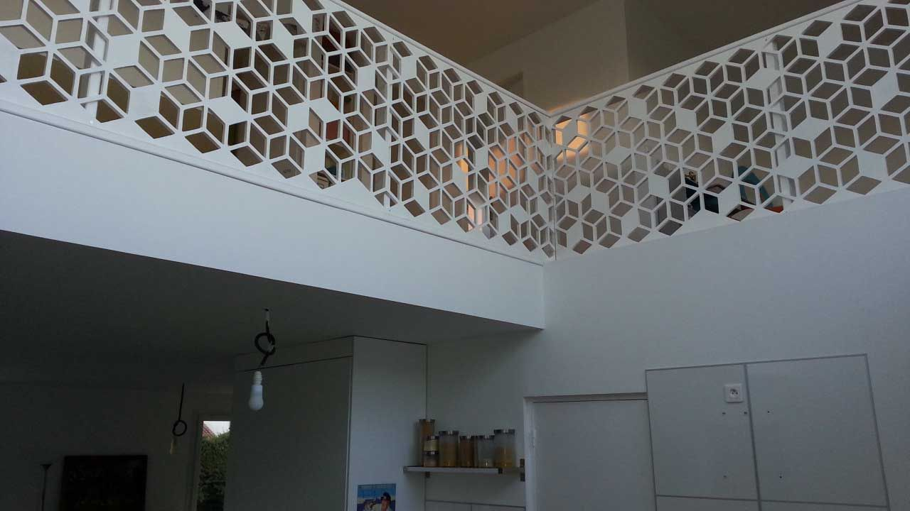 garde corps rampe d 39 escalier blanc sous formes de cubes g om triques claustra en bois. Black Bedroom Furniture Sets. Home Design Ideas