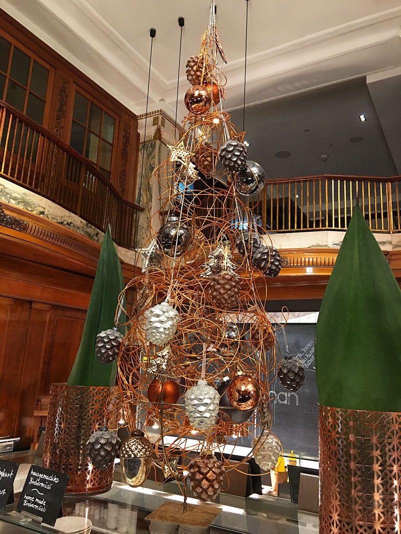 Deckenhängung, Weihnachtsbaum aus Draht mit Zapfen, designed by ...