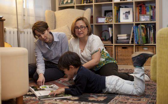 """""""En el colegio le dicen a mi hijo que se compre un padre"""" Las familias homoparentales cuentan sus problemas para encontrar centro educativo"""