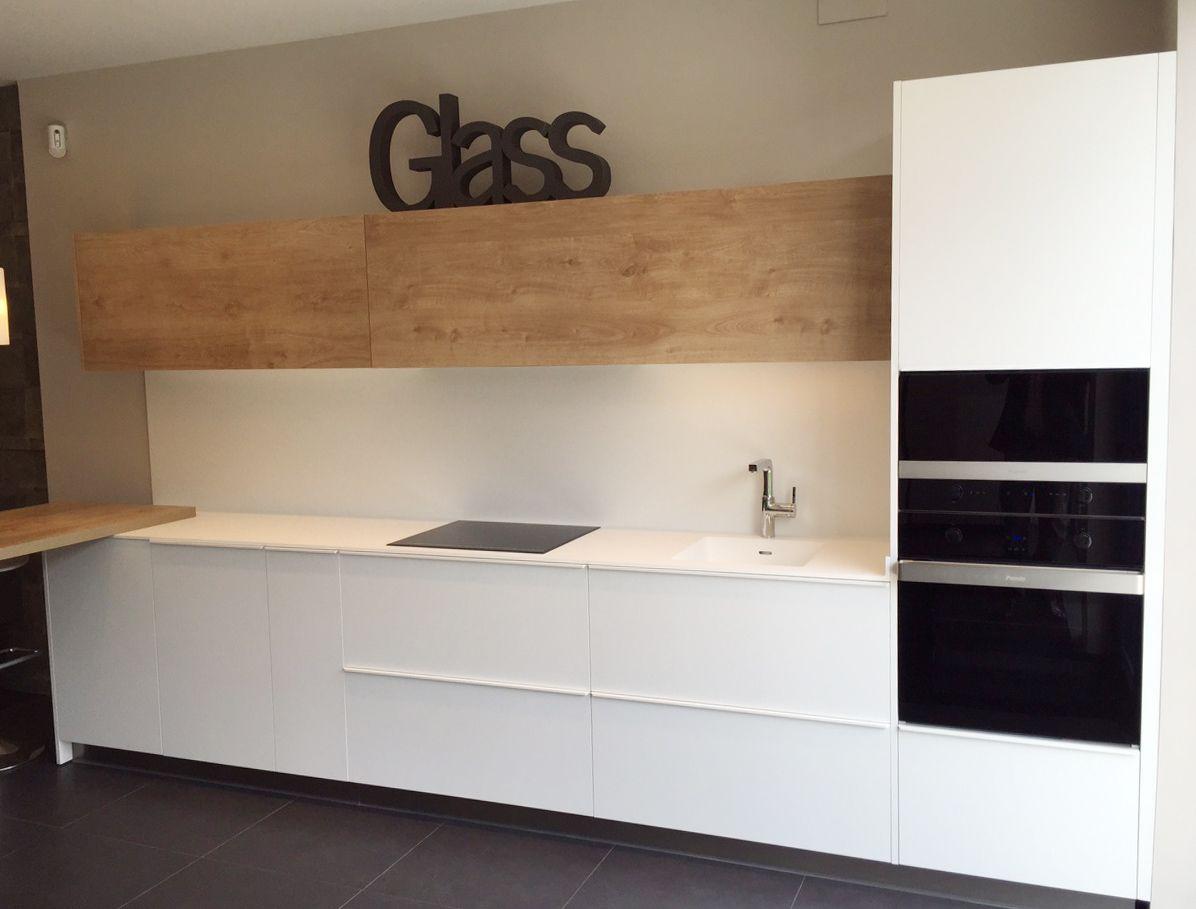 Diseño de cocina con horno y microondas en columna y placa de ...