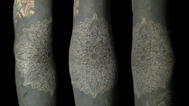 Mandala A L Encre Blanche Sur Fond Noir Pour Bras Ou Avant Bras