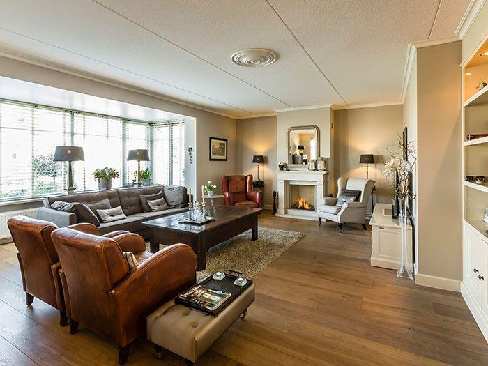 Landelijke Woonkamer Taupe : Landelijke woonkamer met erker en openhaard interieur landelijk