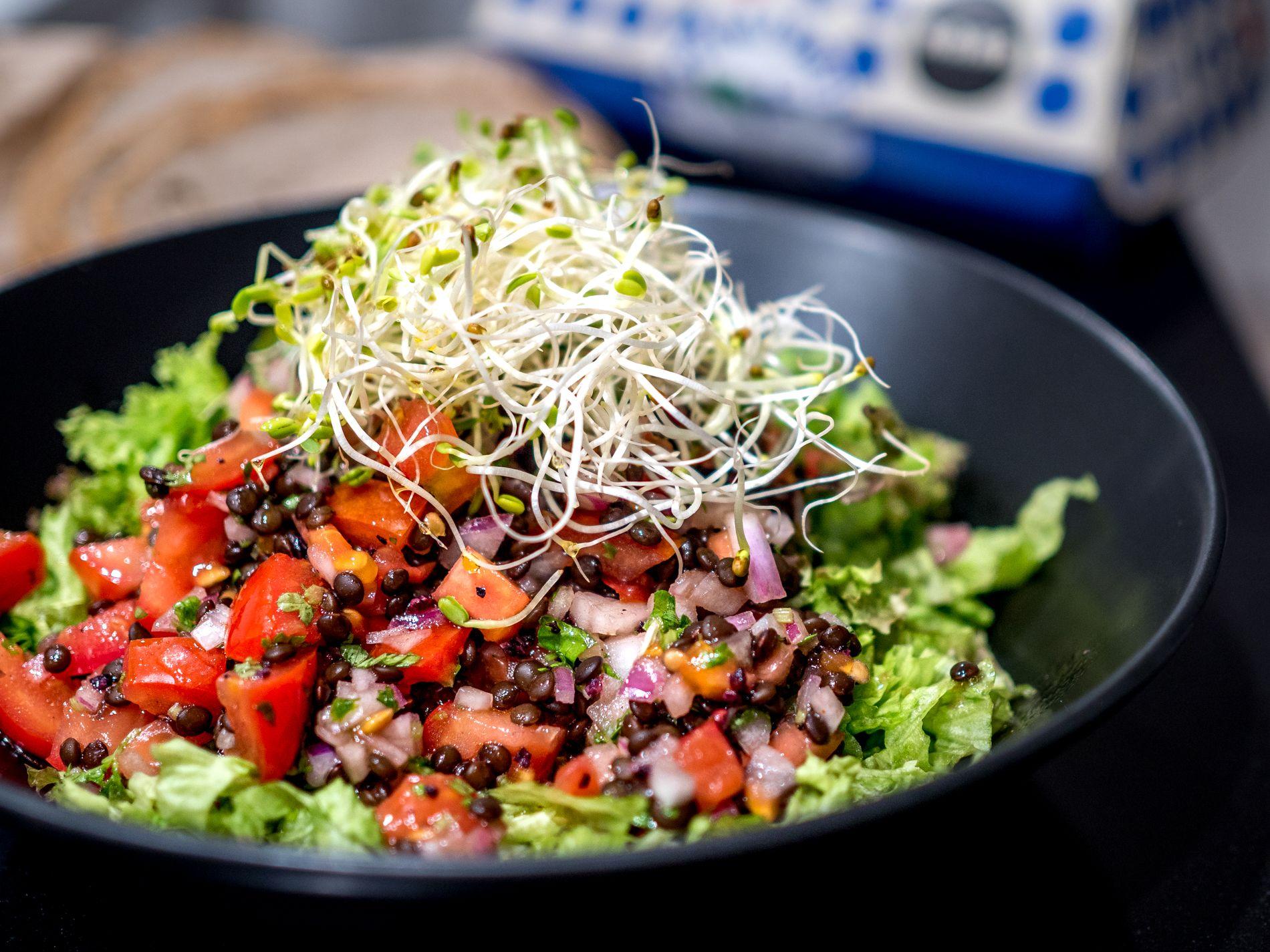 Pienillä seikoilla maukas tomaattinen linssisalaatti
