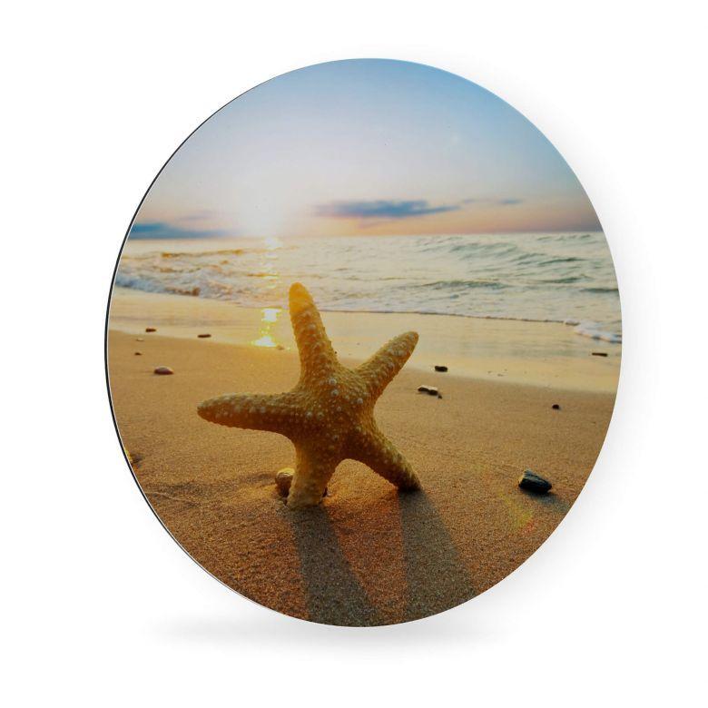 <h2>Alu-Dibond Seestern im Sand - Rund</h2><p>Ein einsamer Seestern hat sich am Strand niedergelegt und zaubert einen tollen Hingucker am idyllischen Strand bei Sonnenuntergang. Die Meereswellen plätschern leise vor sich hin und laden zum Entspannen ein. Fühlen Sie sich mit dem Fotomotiv im runden Design wie am Strand und schaffen Sie eine romantische Atmosphäre in Ihren Räumen!</p><p>Gestalten Sie sich mit unseren runden Wandbildern eine einzigartige Galerie an Ihrer Wand. Die einzelnen Dekoele
