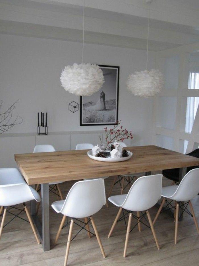 chaises en plastique blanc table en bois clair lustre boule blanc sol en parquet clair