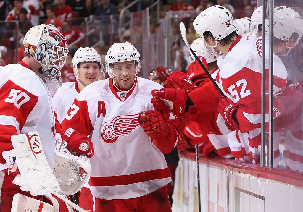 Pavel Datsyuk receives congrats from teammates after scoring winning goal against  Coyotes Mar 25, 2013