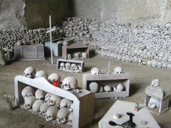 Il Cimitero delle Fontanelle - Naples