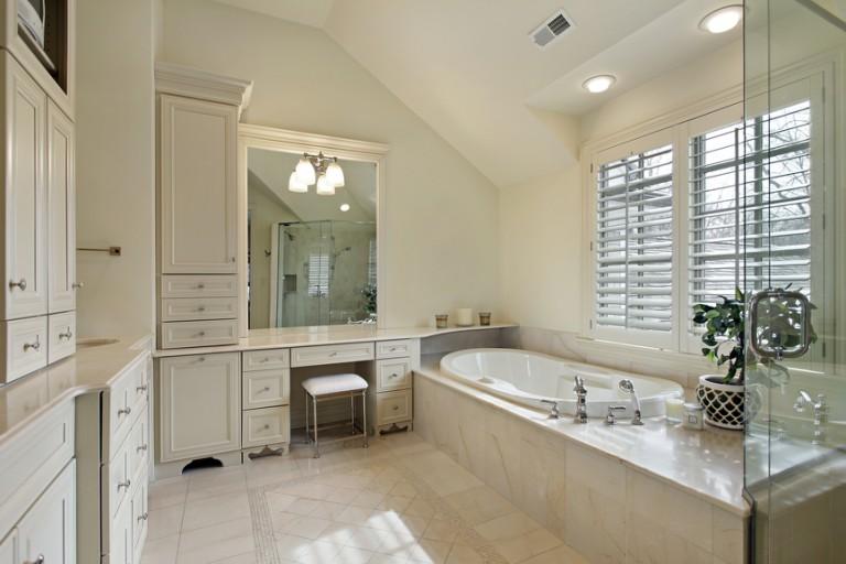 18 Gorgeous Bathroom Designs With Vaulted Ceiling #vaultedceilingdecor