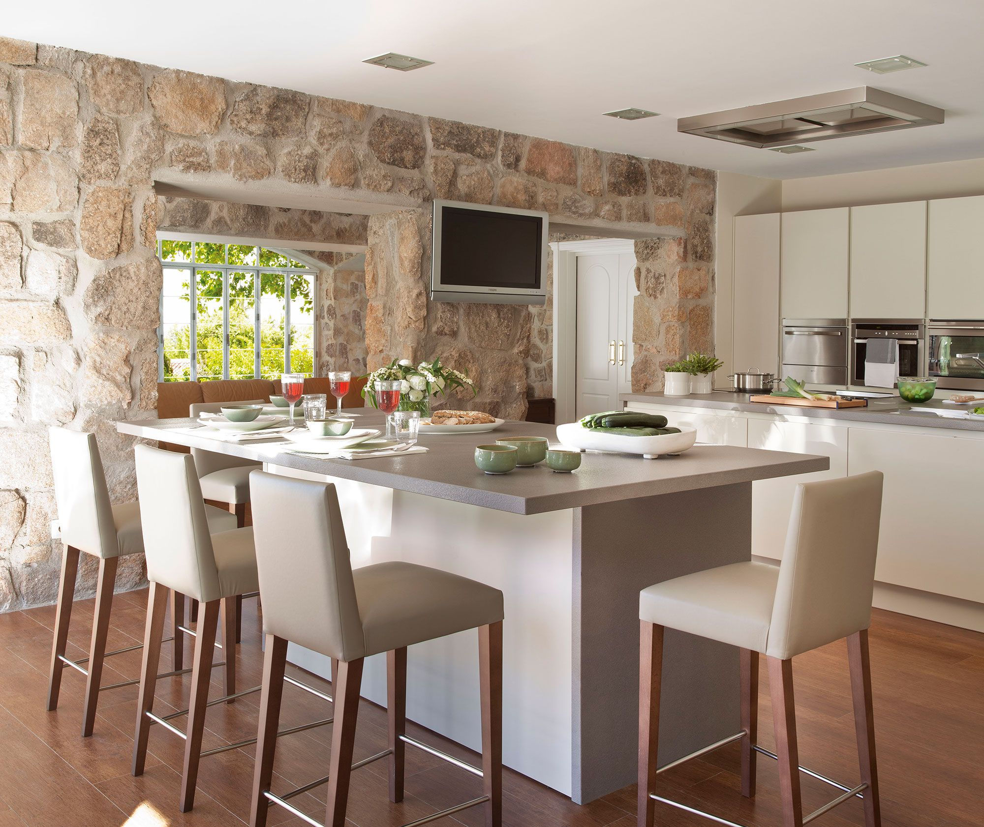 Cocina con office y barra de desayunos cocina for Como hacer una barra de cocina