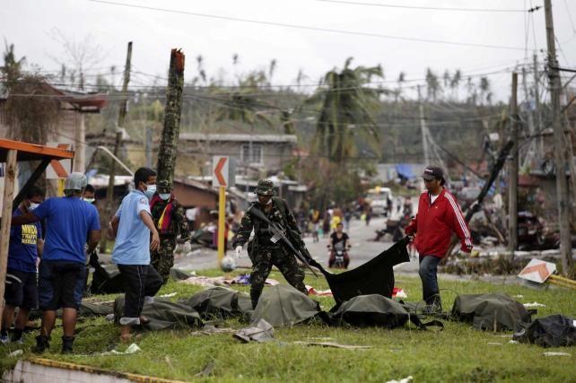 Pdte. de Filipinas está bajo presión por entrega de ayuda para víctimas de tifón - http://www.bloquepolitico.com/pdte-de-filipinas-esta-bajo-presion-por-entrega-de-ayuda-para-victimas-de-tifon/