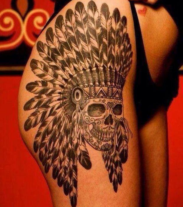 Tatouage indien et tête de mort sur la cuisse