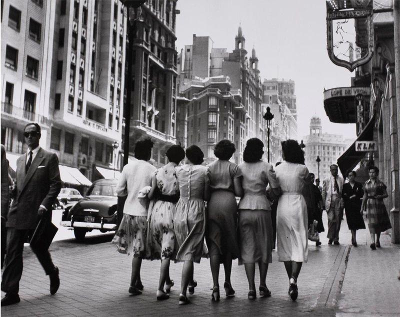 Señoritas paseando por la Gran Vía. Fotografía realizada por Catalá Roca en 1953