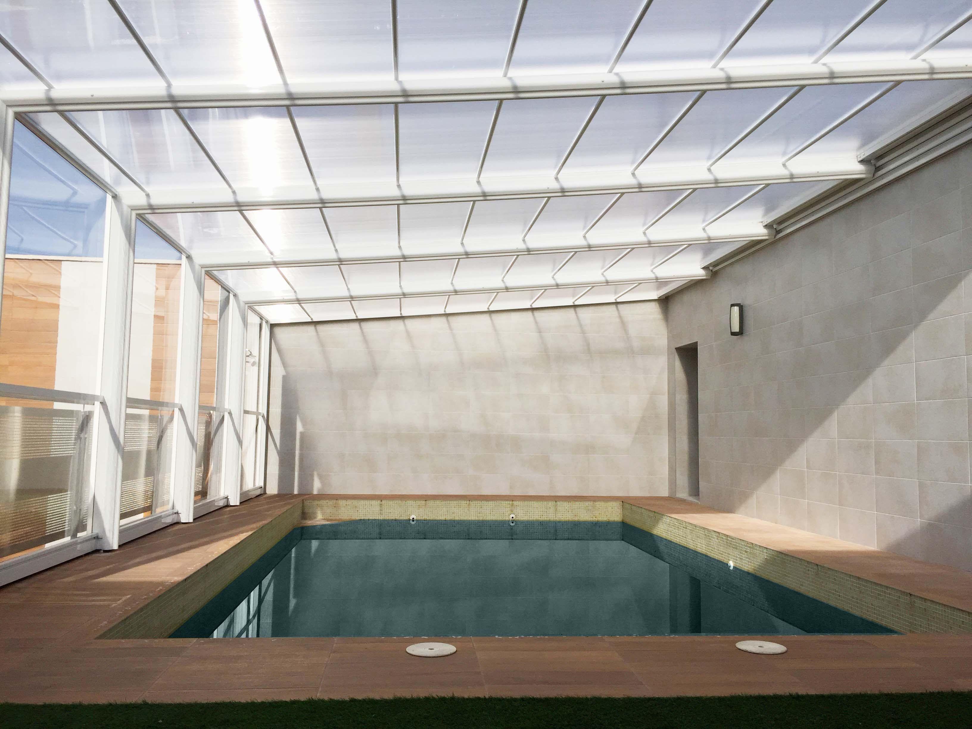 http://www.cubriland.com/ La cubierta para piscina modelo Malasia adosado es un modelo de cerramiento telescópico fabricado en aluminio y policarbonato que e...