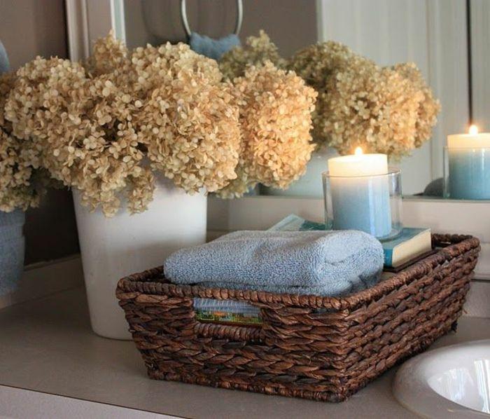 romantische-diy-deko-Badezimmer-Deko-Ideen-Blumen-Rattankorb - deko für badezimmer
