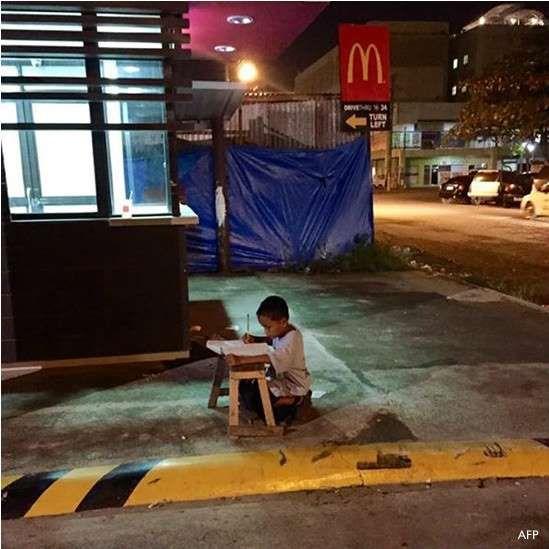 AFP: Foto de menino estudando com sob luz de de lanchonete viralizou