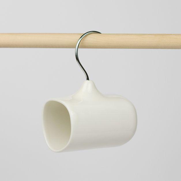 Coffee Hanger è una tazza per cafè in ceramica con il manico in acciaio a forma di gancio appendiabiti che le permette di essere appesa ovunque. Il gancio appendiabiti che si sostituisce al manico...