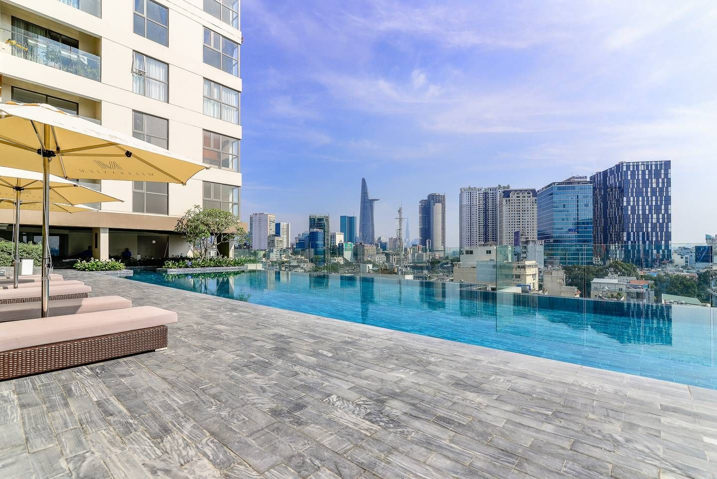Infinity Pool view to Bitexco and central part of the city