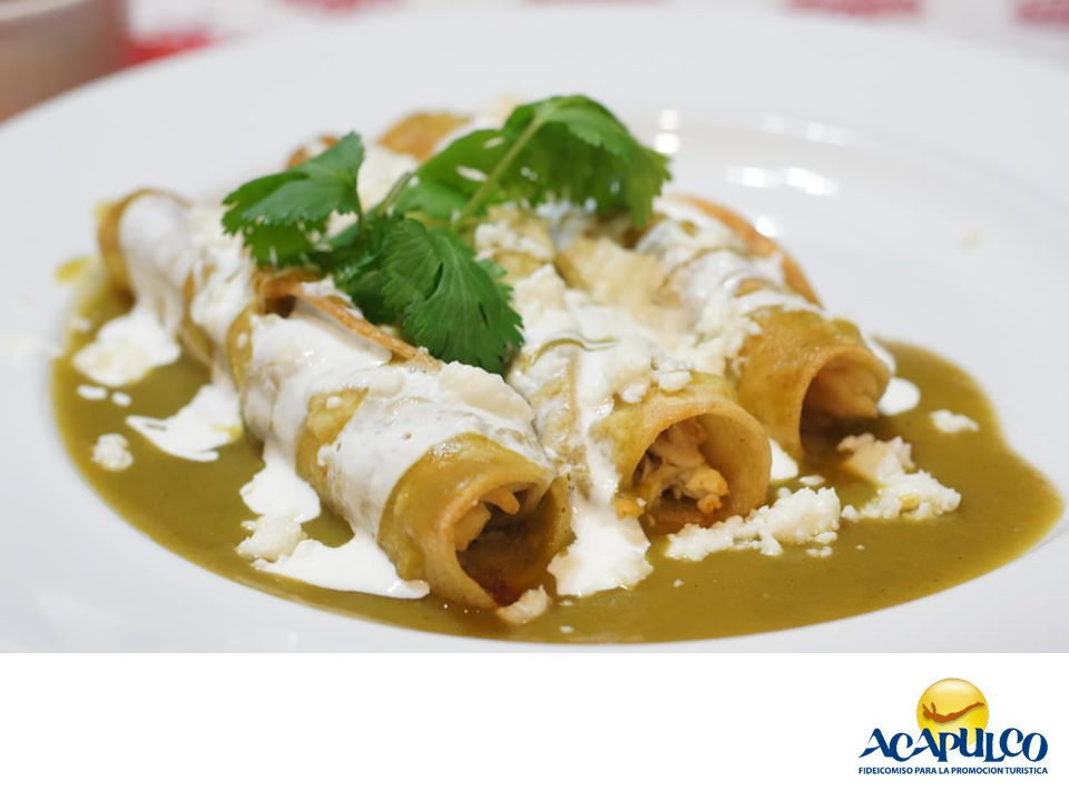 #gastronomiaguerrerense Cómete unas ricas enchiladas en Acapulco. LAS MEJORES RECETAS. Las enchiladas son un platillo típico de la cocina mexicana y se pueden preparar de muchas formas; rojas, verdes o de mole son las más populares. Todas ellas se elaboran a base de chile, que es lo que les da su color característico y las puedes saborear en muchos restaurantes de Acapulco. Te invitamos a probarlas durante tus próximas vacaciones en el puerto de Acapulco. www.fidetur.guerrero.gob.mx