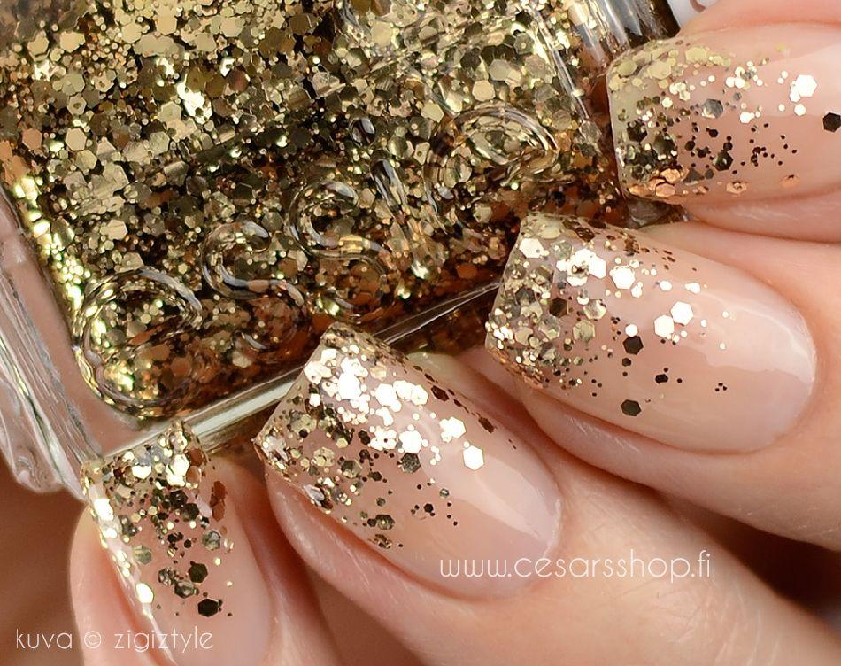 5) Tis the season for sparkly nails
