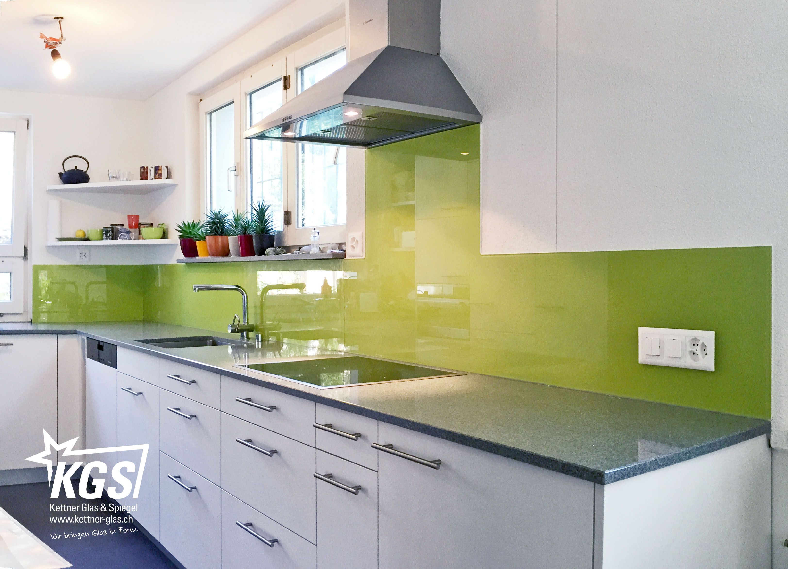 Glasrückwand nahtlos in die #Küche integriert von Ihrer #Glaserei
