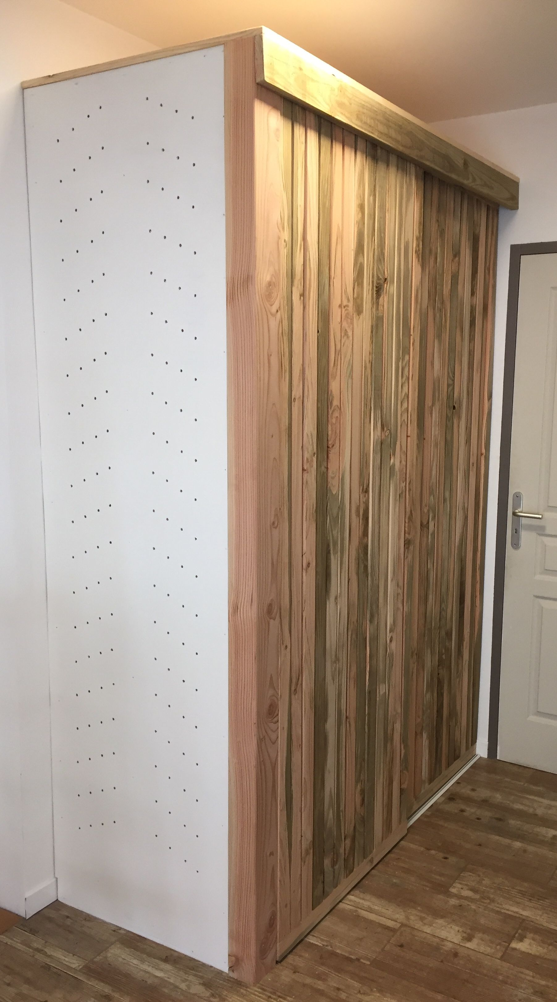 Merveilleux Placard Du0027entrée   Fabrication Maison Planches De Bardage Avec Mur Lumineux Portes  Coulissante En Conception Etonnante