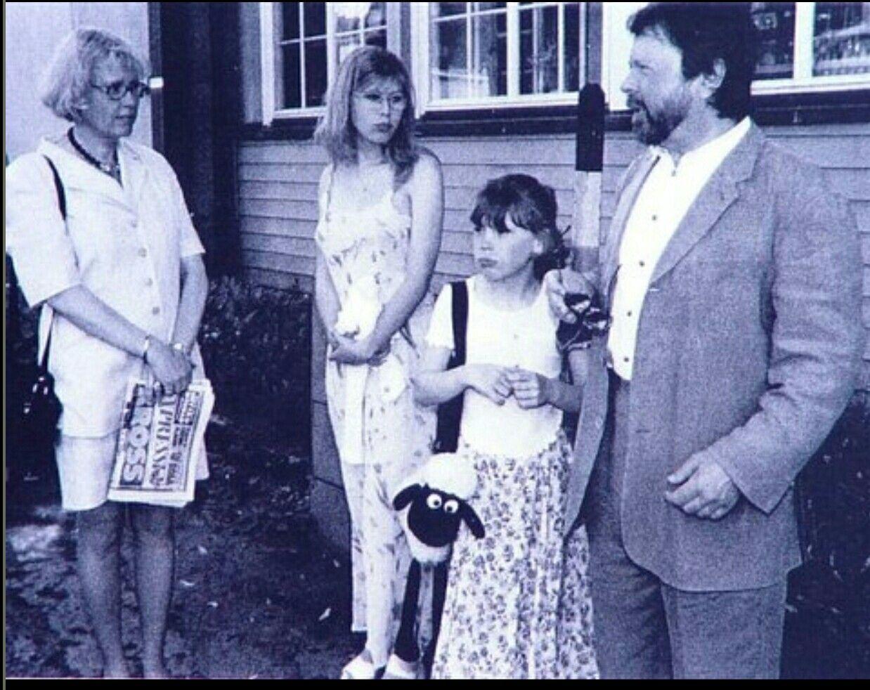 Björn mit seiner Frau Lena und den Kindern Emma und Anna vor seinem Haus in Stockholm