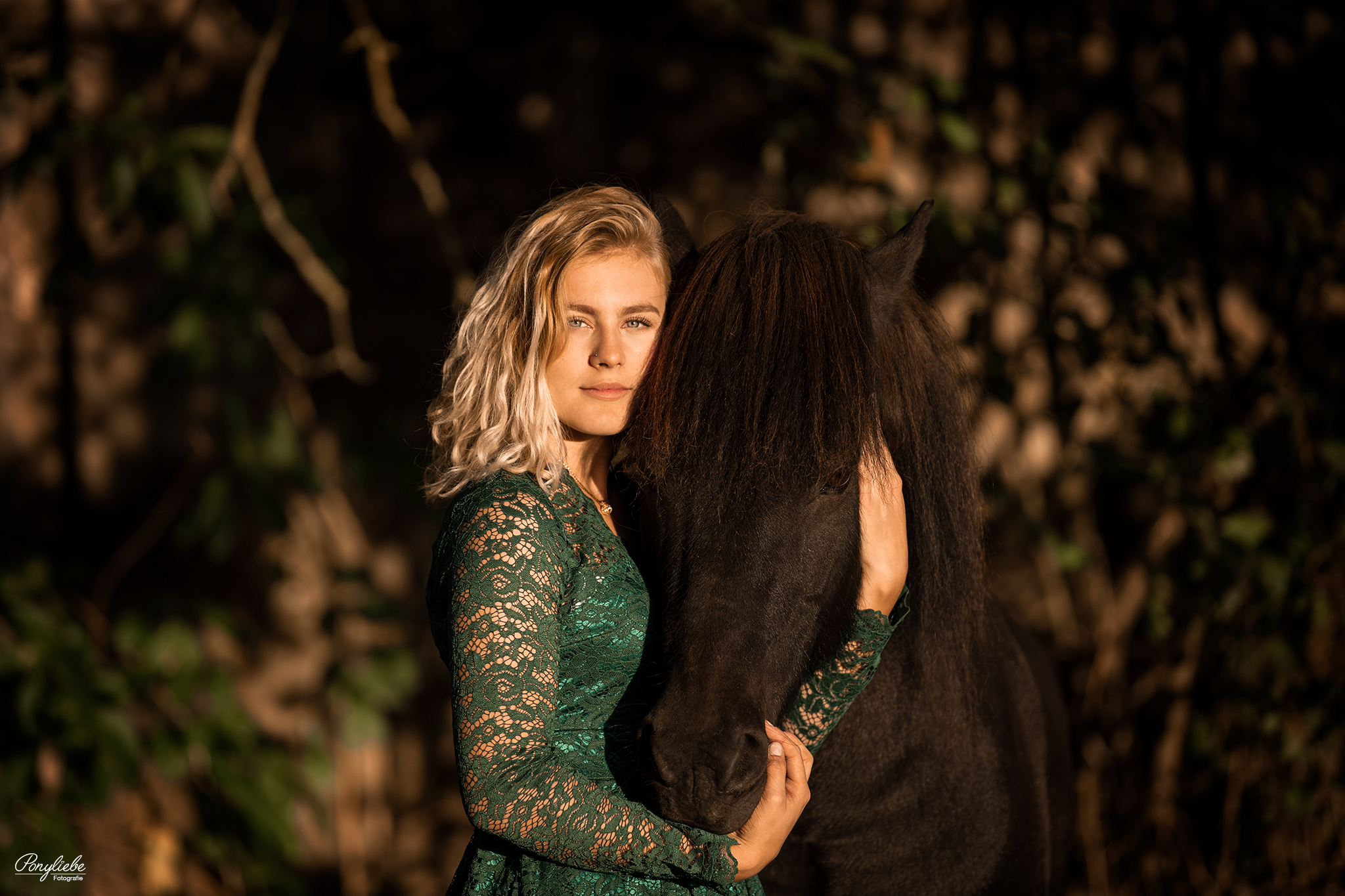 Junge blonde Frau in grünem Kleid mit ihrem Isländer