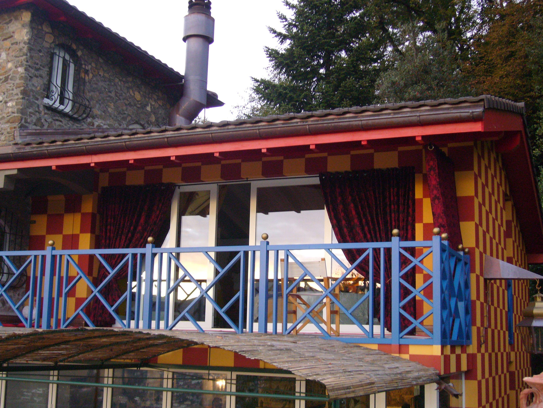 terrasse avec rideaux de décoration extérieur de la maison sur le lac de Lugano