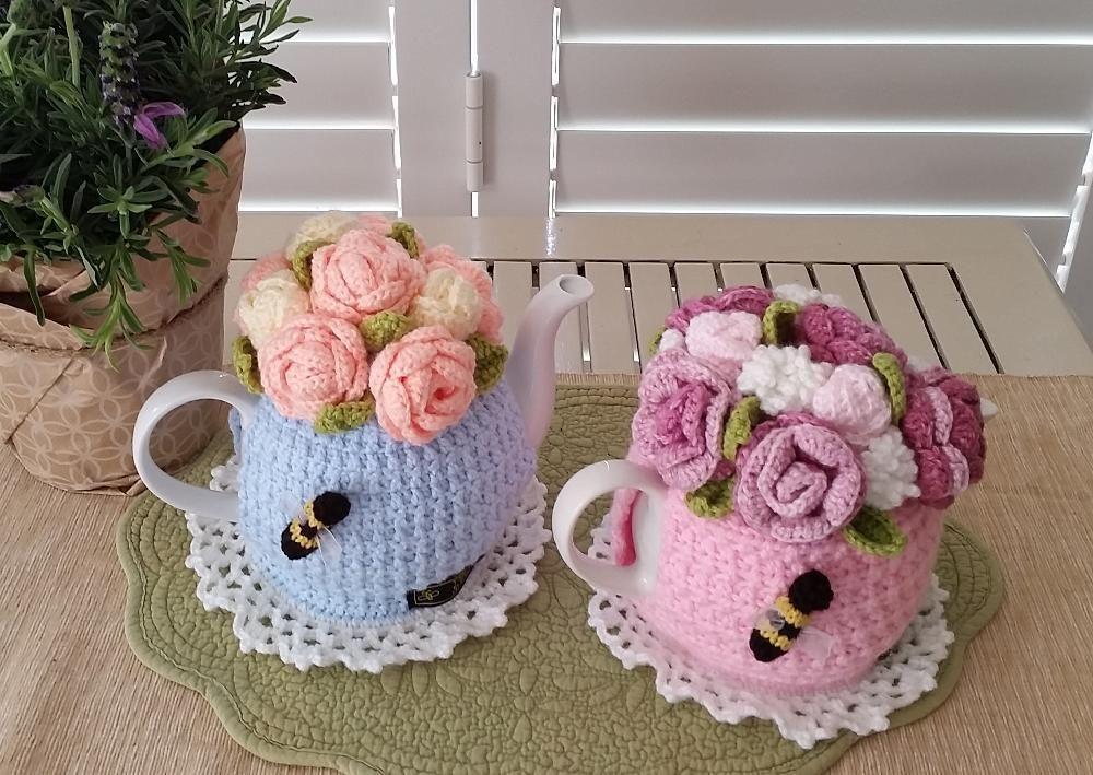 Rose Garden Bouquet Tea Cosy | Teteras, Caminos de mesa y Tejido