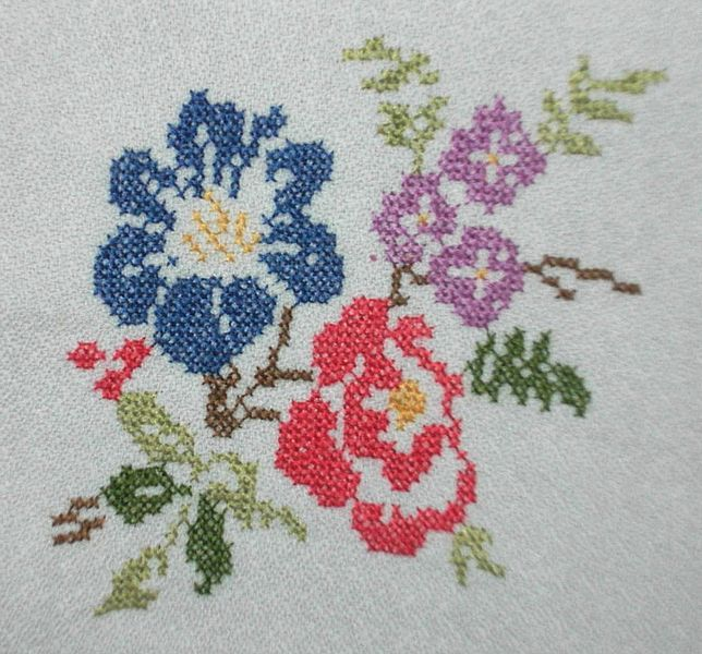 File:Punto de cruz, flores 3.jpg