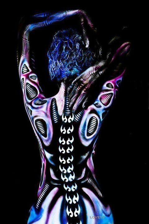 The Use Of Pattern And The Human Body Is Great It Gives The Feel Of A Dancer Who Is Moving When The Lights Flash On Body Painting Body Art Body