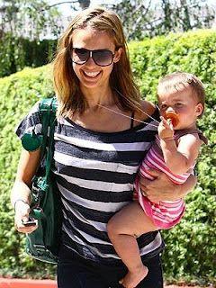 No es casualidad que la actriz Jessica Alba le de a su bebé chupetes Natursutten ¡Están hechos 100% de goma natural de la sabia del árbol HEVEA BRASILIENSIS!  y con  materiales sustentables. http://www.babytuto.com/productos/higiene-salud-chupetes-chupetes-de-caucho,chupete-tetina-ortodontica-de-caucho-natural-talla-s,6441?bt_f=brand