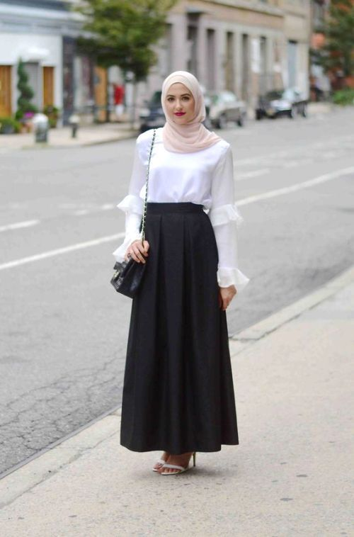 aaf57e8a986 simple white blouse with maxi skirt. simple white blouse with maxi skirt  Casual Hijab Outfit ...