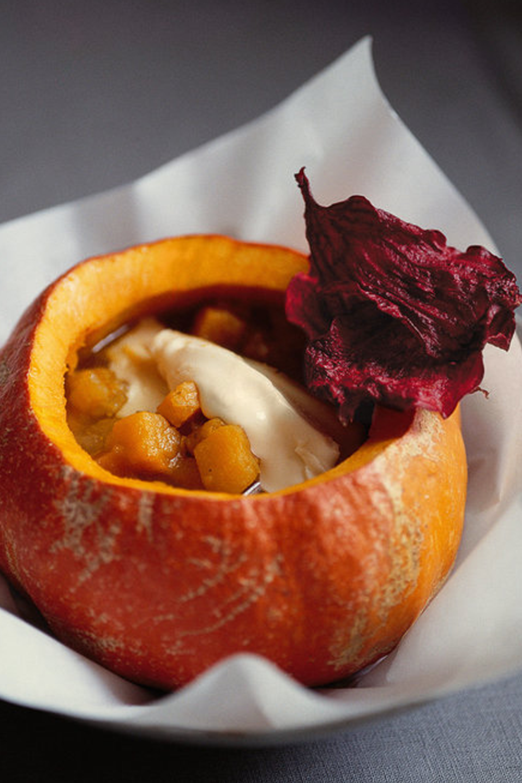 Vogue Suppenkuche Hokkaidokurbis Suppe Mit Muskatnuss Und Rote Bete Chips Lebensmittel Essen Rezepte Rote Bete