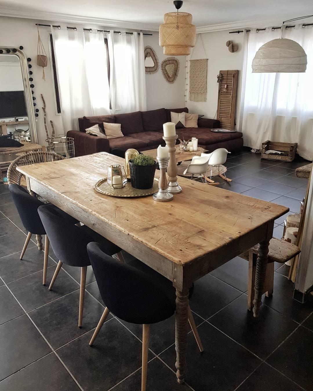 We Love Rattan Unser Trend Favorit Der Stylische Stuhl Kesara Kombiniert Mit Einem Rustikalen Holztisch Schwarzen Polsterstuhlen Und